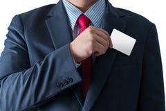 去掉从busi的口袋的名片的商人 免版税库存照片