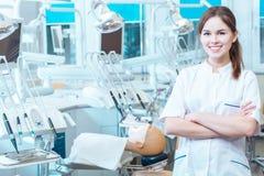 掌握她的技能在一个专业实验室 免版税库存照片