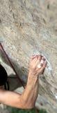 掌握现有量把柄岩石s的峭壁登山人 免版税图库摄影