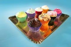 排列五颜六色的奶油色杯形蛋糕松饼 库存图片