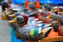 排列五颜六色的诱饵鸭子行 免版税图库摄影