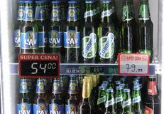 06 54排列哀伤的塞尔维亚塞尔维亚人的2011年bojana杯子2月被喂养的jovanovski novi球员选拔tenis 02 2018许多烙记了在销售中的不同的啤酒与价格 免版税库存图片