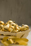 排列圣诞节金黄装饰品 免版税库存照片