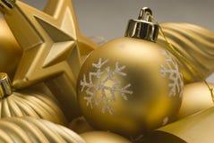 排列圣诞节金黄装饰品 免版税库存图片
