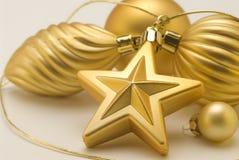 排列圣诞节金黄装饰品 库存图片