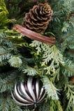 排列圣诞节锥体绿色装饰丝带 免版税图库摄影