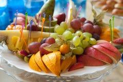 排列宴会果子盛肉盘表 免版税库存图片