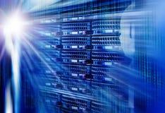 排列磁盘存储在与光线影响和光芒的数据中心 库存照片