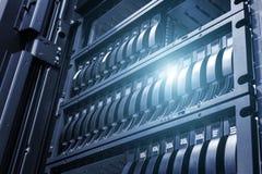 排列磁盘存储在与景深的数据中心在凉快的口气的与ligh 库存照片