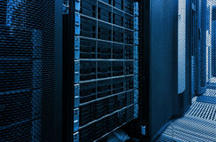 排列磁盘存储在与景深的数据中心在凉快的口气的 库存照片