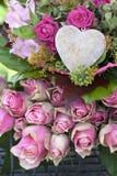 排列美丽的桃红色玫瑰 免版税库存照片