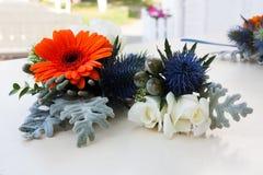 排列美丽花卉 免版税库存图片