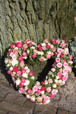 排列花卉心形的同情 免版税库存照片