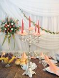 排列花卉蜡烛烛台 免版税库存图片