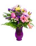 排列花束五颜六色的花瓶 免版税库存图片