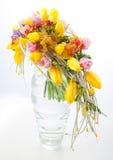 排列花束焦点五颜六色的花 免版税库存图片