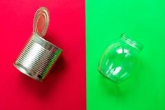 排序回收的生活废物 替换非生态包装不伤环境,可再用包装的 免版税库存图片