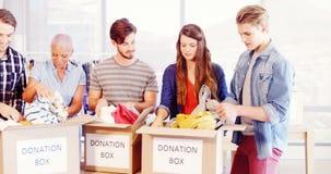 排序在捐赠箱子的愉快的创造性的行政队衣裳
