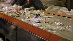 排序垃圾的传动机的工作者 影视素材
