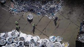 排序垃圾的观点的回收工厂的工作者入袋子 股票录像
