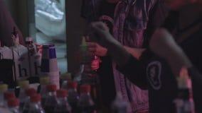 排斥客户的专业女性侍酒者服务鸡尾酒 股票视频