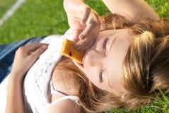 排斥美丽的被咬住的谷物女孩 免版税库存照片
