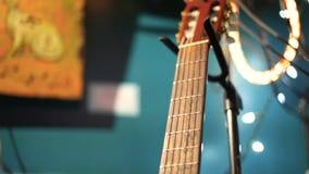 排斥赞助人的吉他弹奏者戏剧在夜之前 影视素材