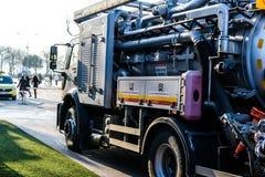 排泄在Cinarcik镇-土耳其街道的清洁卡车  库存照片