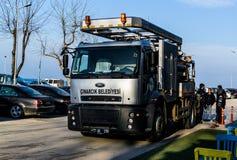 排泄在Cinarcik镇-土耳其街道的清洁卡车  免版税图库摄影