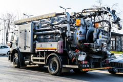 排泄在Cinarcik镇-土耳其街道的清洁卡车  库存图片