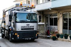 排泄在Cinarcik镇-土耳其街道的清洁卡车  免版税库存图片