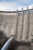 排泄水的水坝 库存照片