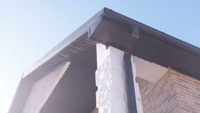 排泄的水管子从一个私有房子的屋顶 建筑详细资料门前面停车库房子视窗 股票视频
