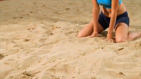 排球女性球员细节海滩的 场面 一名妇女的特写镜头打沙滩排球的沙子的 图库摄影