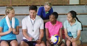 排球教练谈论在剪贴板与女性球员4k 影视素材