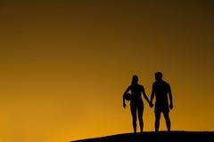 排球运动员爱恋的夫妇  免版税库存图片