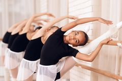 排练在芭蕾类的年轻芭蕾舞女演员 图库摄影