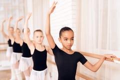 排练在芭蕾类的年轻芭蕾舞女演员 免版税库存图片