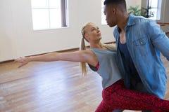 排练舞蹈的朋友 免版税库存照片