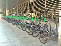 2排自行车行李架(双重甲板立场) 库存照片