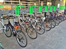 2排自行车行李架(双重甲板立场) 免版税图库摄影