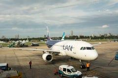 排行为加油和preparatio停放的LAN公司飞机 免版税库存照片