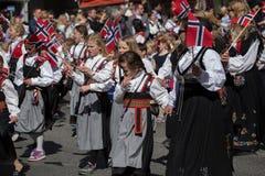 排行儿童` s游行的人群街道在挪威` s国庆节,第17 5月 免版税库存照片