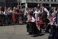 排行儿童` s游行的人群街道在挪威` s国庆节,第17 5月 库存照片