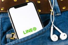 排行在苹果计算机iPhone x屏幕特写镜头的应用象在牛仔裤口袋 线app象 线是一个网上社会媒介网络 库存图片