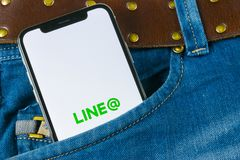 排行在苹果计算机iPhone x屏幕特写镜头的应用象在牛仔裤口袋 线app象 线是一个网上社会媒介网络 因此 免版税库存照片