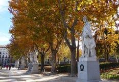 排行方形的Plaza de Oriente的西班牙国君雕象在王宫附近在马德里 免版税库存照片