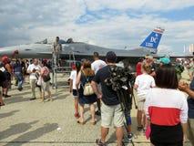 排行看F-16飞行员和驾驶舱 免版税库存图片