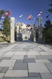 排行走道的五十面状态旗子对盛大大阳台 免版税库存照片