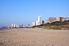 排行金黄英里的旅馆如被看见从德班海滩 库存照片